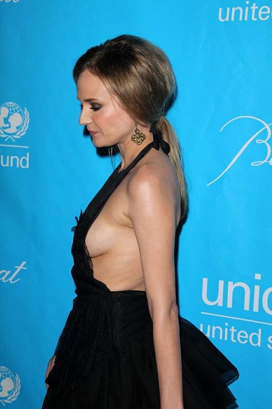 Odvážný model Diane Kruger víc odhaloval, než zakrýval.