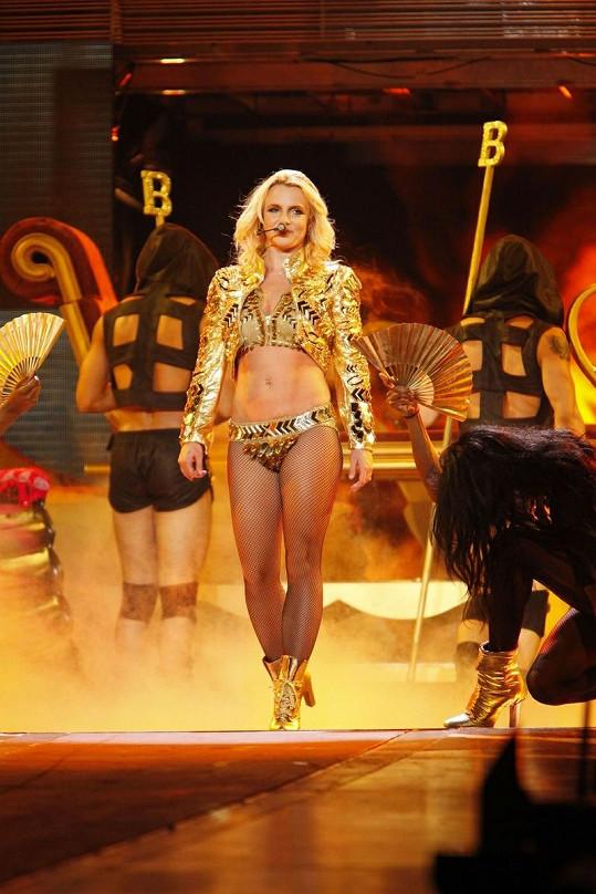 Zpěvačka se během turné Femme Fatale nebojí odvážných kostýmů.