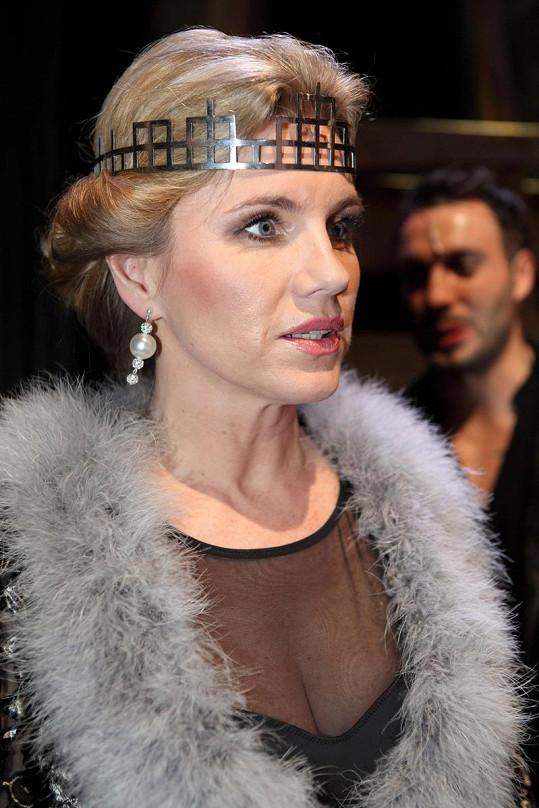 Královna Gertruda v župánku.