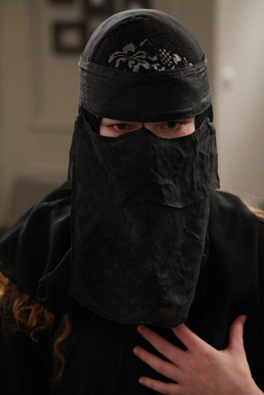 Anna v oděvu islámské ženy.