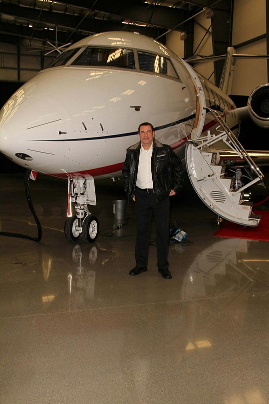Šťastný Travolta s novým letadlem.