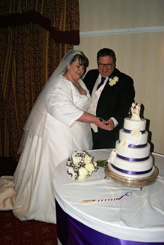 Novomanželé Sharon a Andrew a jejich čokoládový dort.