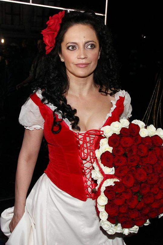 Lucie Bílá dostala od ředitele divadla kytici ve tvaru srdce.
