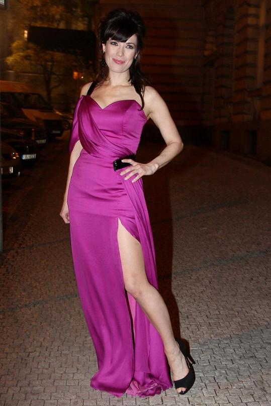 Herečka okouzluje ve slušivých fialových šatech.