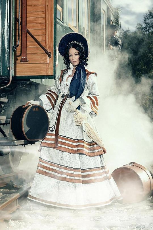 Agáta fotila v historických kostýmech.