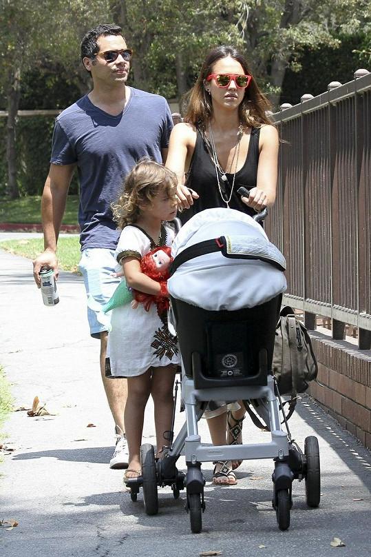 Jessica Alba s manželem Cashem Warrenem, dcerou Honor a malou Haven v kočárku.