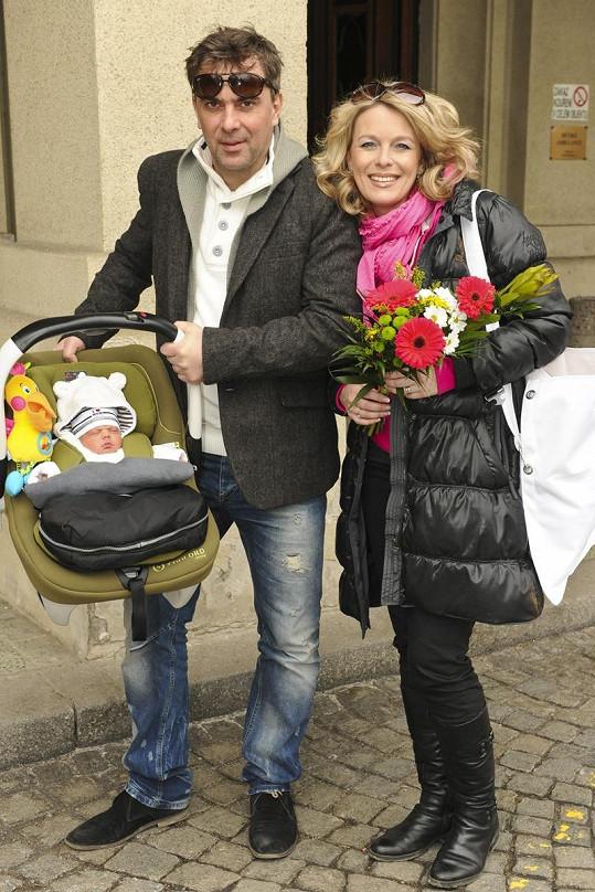 Lucie Benešová a Tomáš Matonoha si odnáší svůj poklad domů.