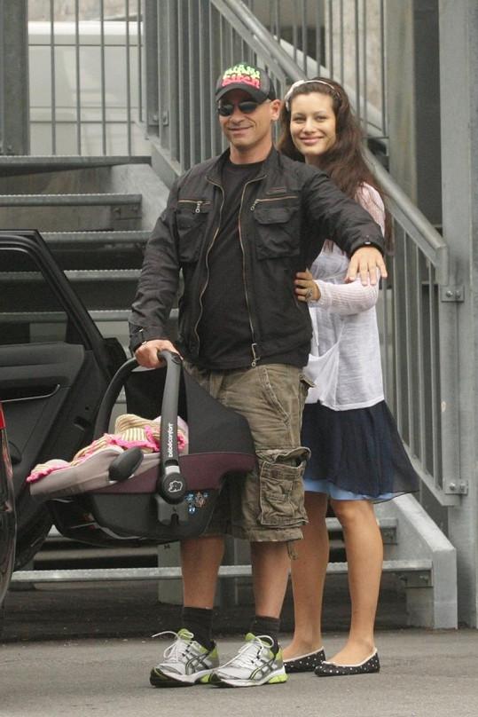 Šťastný Eroz Ramazzotti s přítelkyní a dcerou opouští nemocnici.