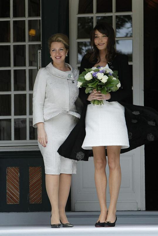Ruská první dáma Světlana Medvěděva poblahopřála těhotné Carle květinami.
