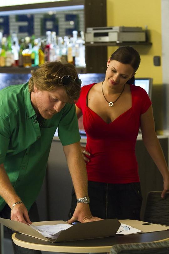 Kristýna a Petr Batěk ve scéně z televizního seriálu Gympl s (r)učením omezeným.