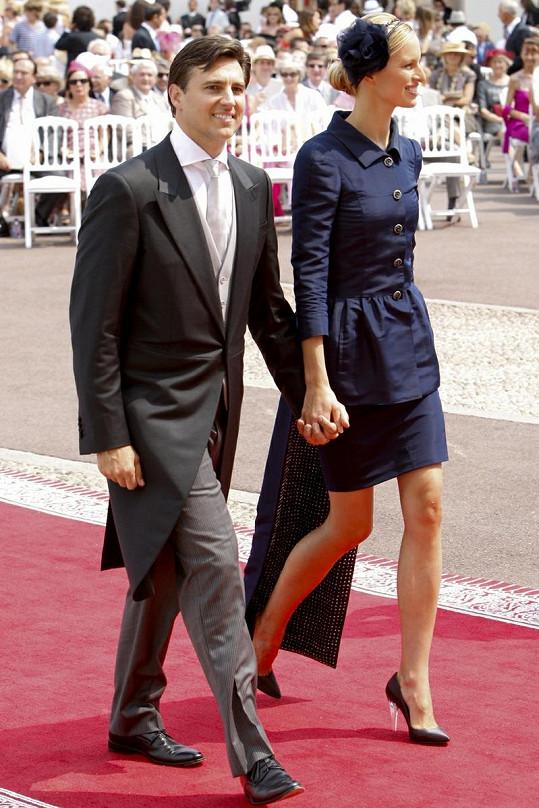 Karolína Kurková se svým snoubencem přicházejí na svatbu.