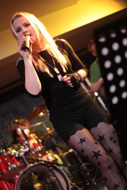 Kamila je talentovaná zpěvačka, ale tak trochu i exhibicionistka.