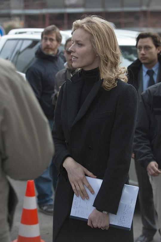 Eva Herzigová při natáčení filmu Cha Cha Cha. V ruce nejspíš třímá scénář.