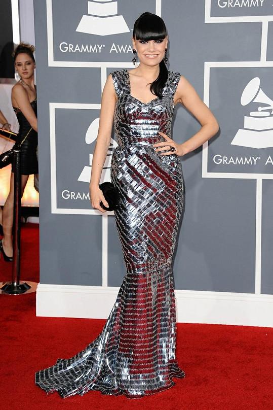 Jessie J trefně přirovnala tyto metalické šaty od Julien Macdonald k disko kouli. Doplnila je ikonickým psaníčkem Lulu Guinness ve tvaru rtů.