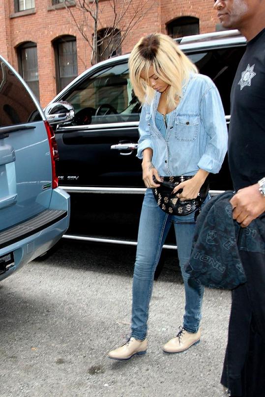 Odrostlá blond barva u Rihanny vypadala opravdu nevzhledně. Možná i proto vsadila znovu na svou přirozenost.