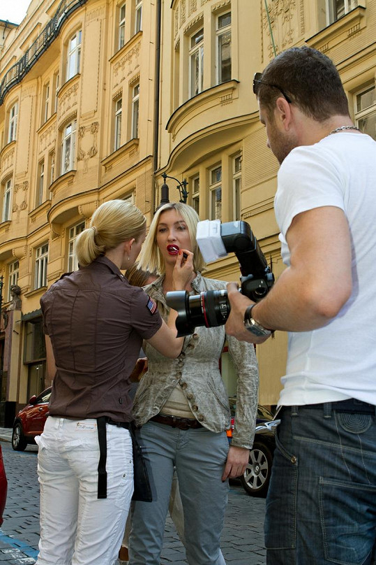 Vizážistka dotváří Dominice make-up.
