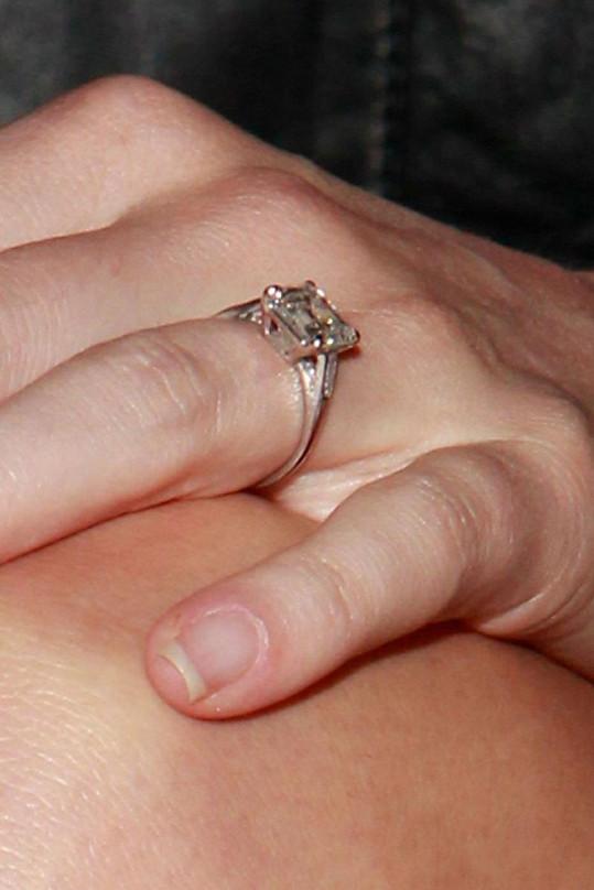 Zásnubní diamantový prsten Kate Bosworth.