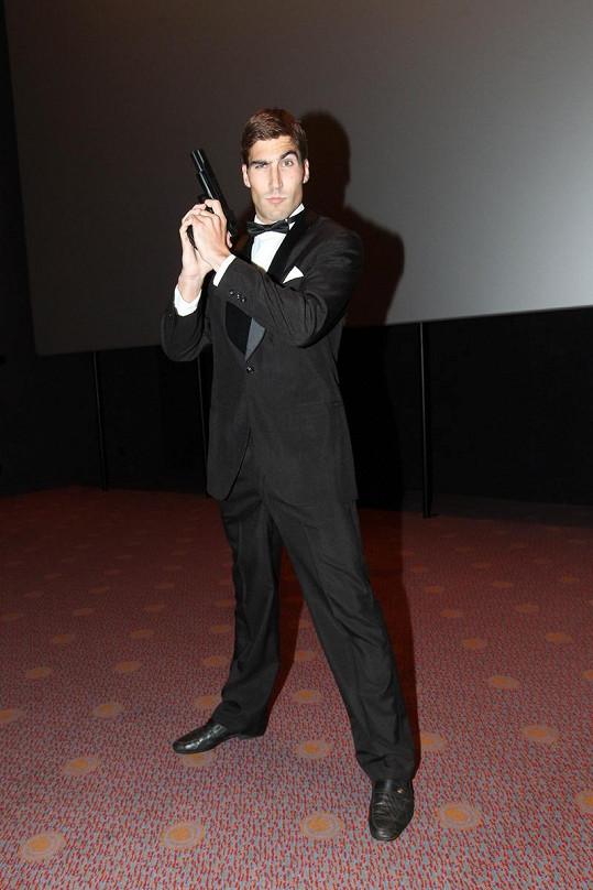 Moderní pětibojař David Svoboda v roli agenta s povolením zabíjet.