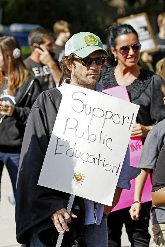 Luke Perry jako demonstrant.
