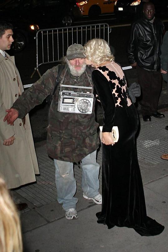 Helen Mirren a neznámý bezdomovec.