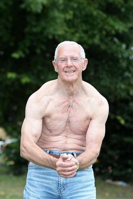 Ted Brown má na svůj věk pořád vypracované tělo.