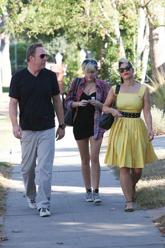 Miley s přáteli.