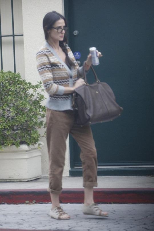 """Demi Moore v """"babičkovském"""" oblečení."""