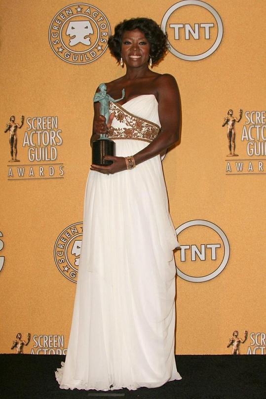 Viola proměnila nominaci na nejlepší herečku ve sněhobílých šatech Marchesa se zlatem vyšívaným živůtkem. K ornamentům ladily šperky Cathy Waterman.