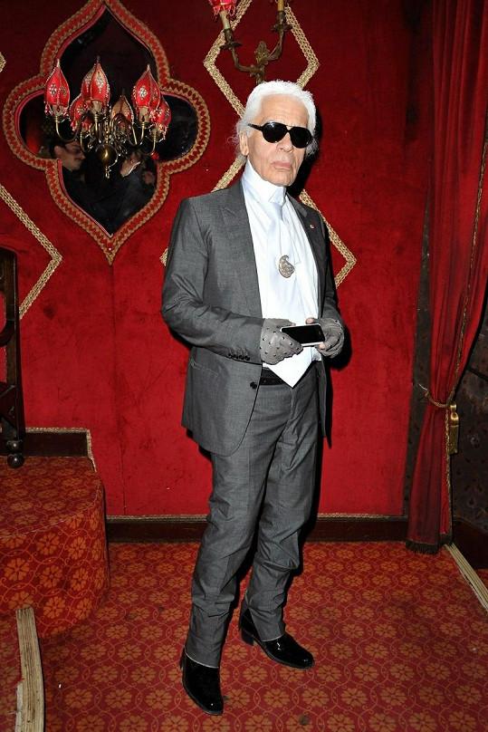 Německý návrhář Karl Lagerfeld si pustil pusu na špacír.