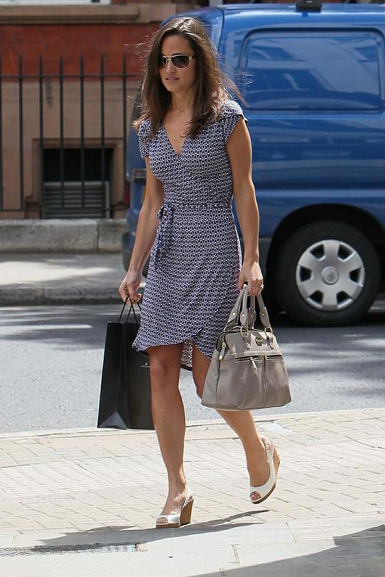 Pippa Middleton si oblékla lehké letní šaty. Je naostro?