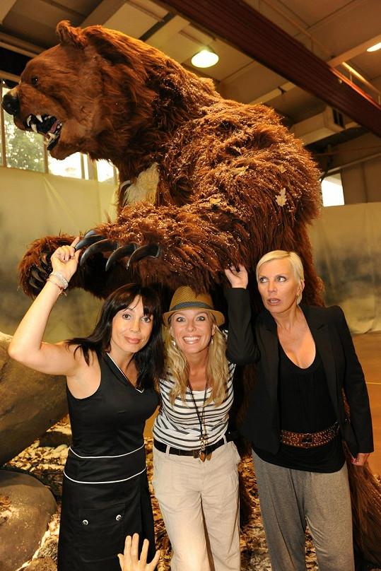Boudová, Benešová a Kornová pózovaly s maxi medvědem.