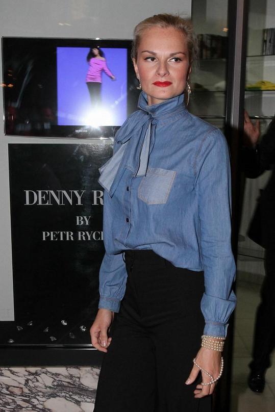 Iva ještě s dlouhými vlasy si střihla roli modelky na přehlídce Denny Rose.
