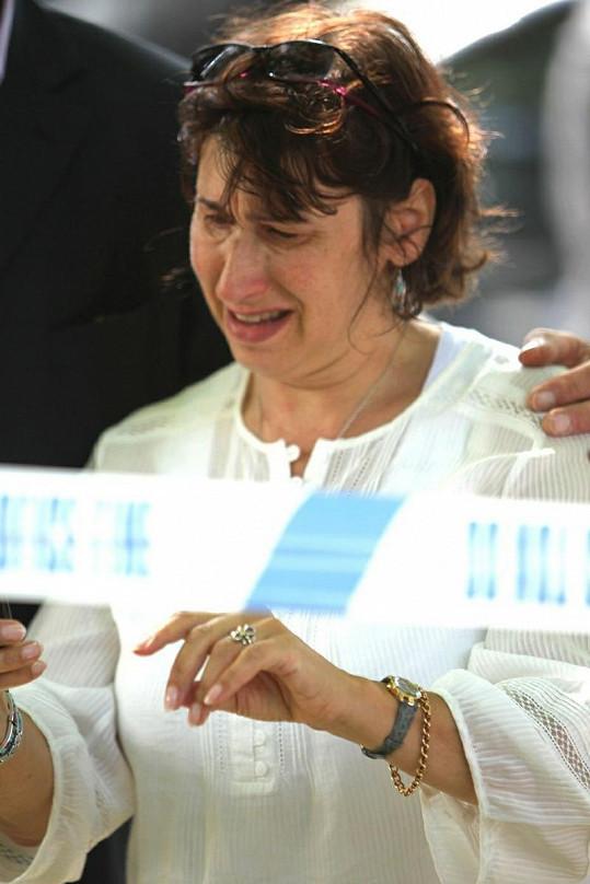 Matka Janis oplakává smrt své dcery.