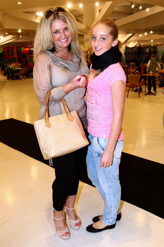Jessica s maminkou Kateřinou na akci.
