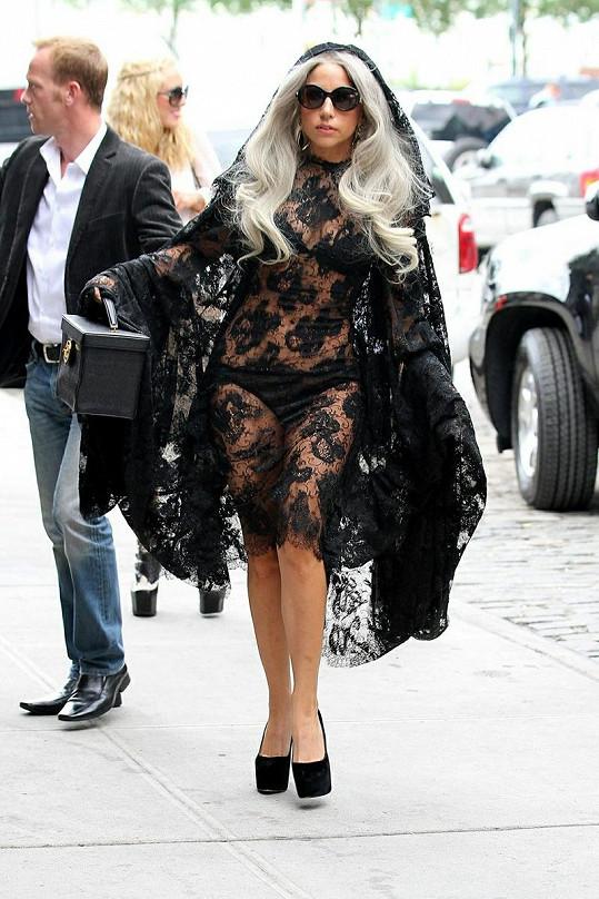 Šaty jsou sice hodně odvážné, ale Gaga v nich vypadá senzačně.