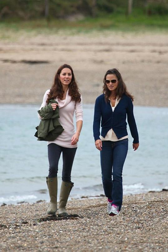 Kate a její mladší sestra Pippa na nedávné procházce.