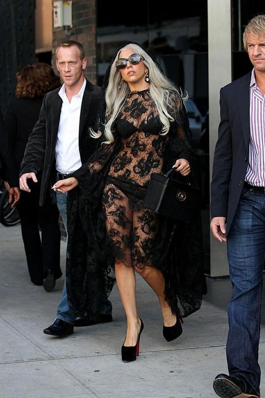 Lady Gaga kompletně v černém.