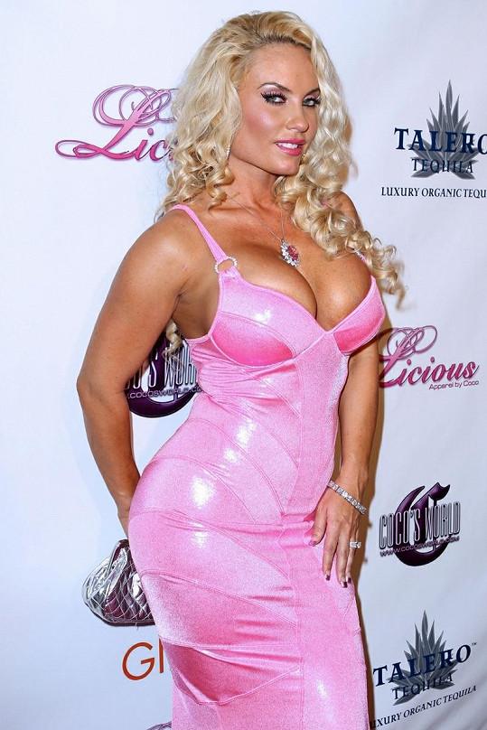 Coco se předvedla v růžových sexy šatech.