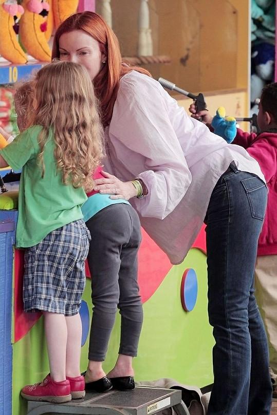 Marcia vysvětlovala dcerám, co dělat na dětské 'střelnici'.