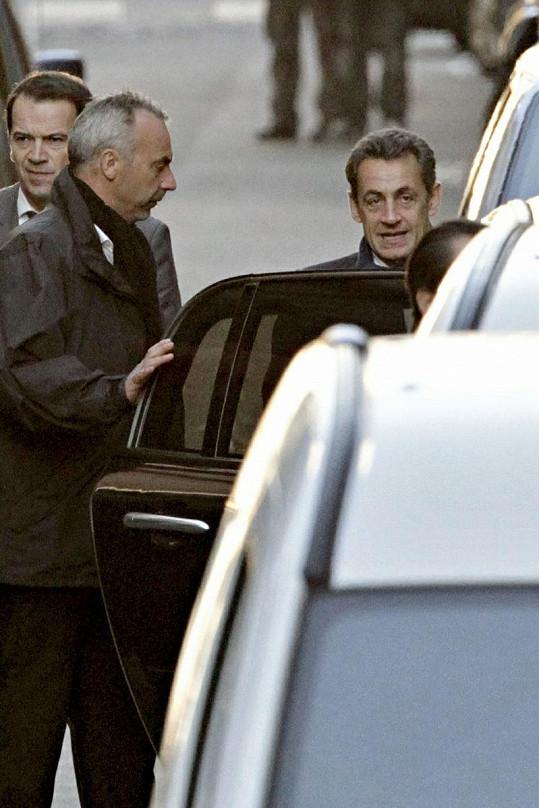 Šťastný Nicolas Sarkozy odjíždí z porodnice.