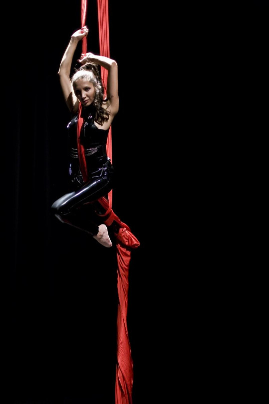 Olga Lounová je při vystoupení velmi sexy.