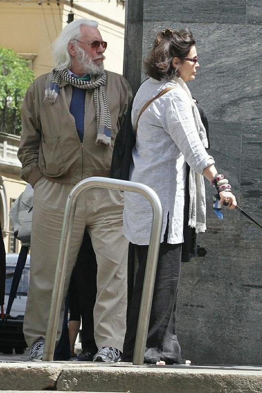 V Zuzině domě Portofino Tower na Miami žije i kanadský herec Donald Sutherland s manželkou Francine.