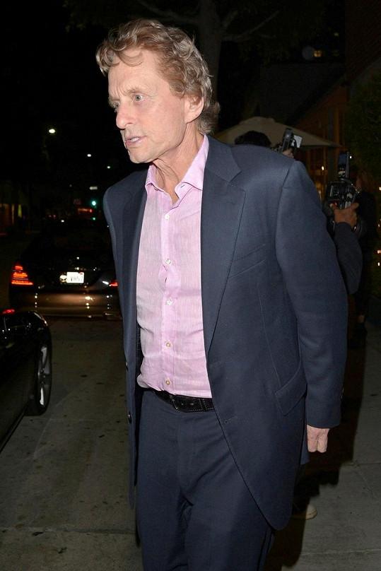 Michael Douglas obarvil své vlasy na světle hnědou.
