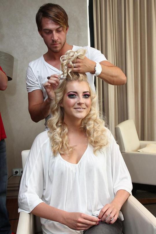 Jitčin dvorní kadeřník Tomáš Arsov upravuje vlasy.