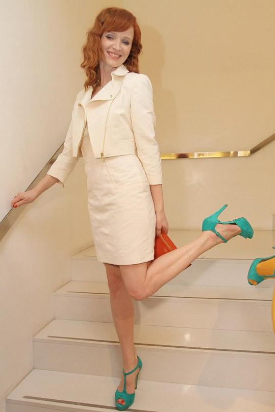 Geislerová opět hrdě prezentuje své módní kousky.