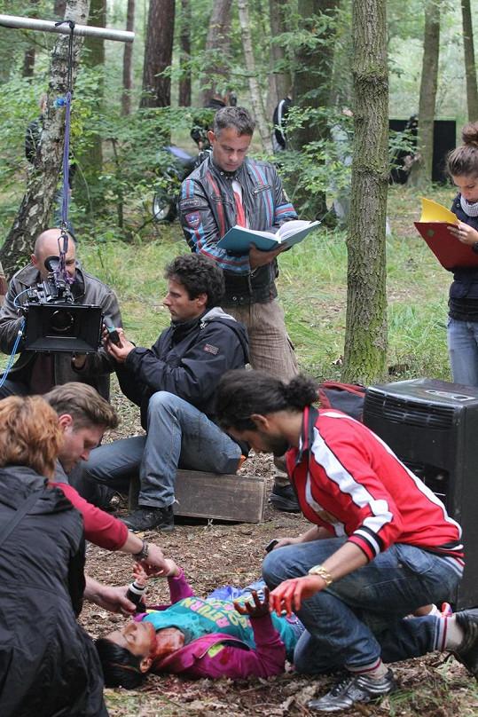 Režisér Filip Renč kontroluje, aby bylo vše, jak má být.
