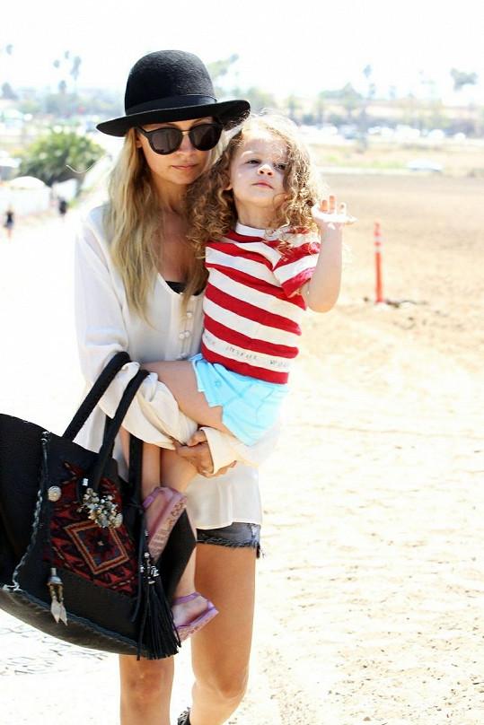 Dnes je herečka a módní návrhářka Richie maminkou dvou dětí. Na snímku s dcerou Harlow.