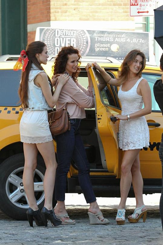 Andie MacDowell pózovala se Sarah (vlevo) a Rainey (vpravo) u newyorského taxi.