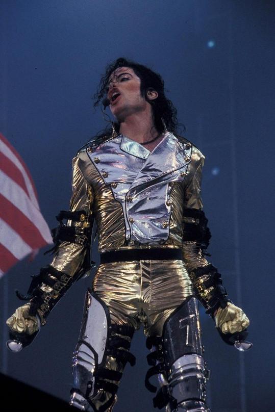 Michael Jackson při jednom ze svých koncetrtů.
