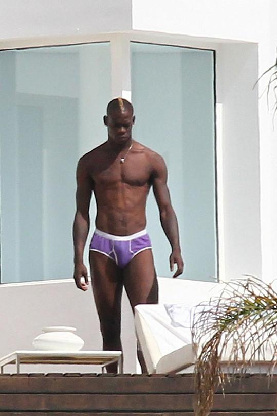 Mario Balotelli je atraktivní a úspěšný mladý muž.